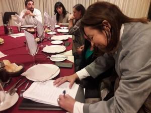 senadora ordenes firmando